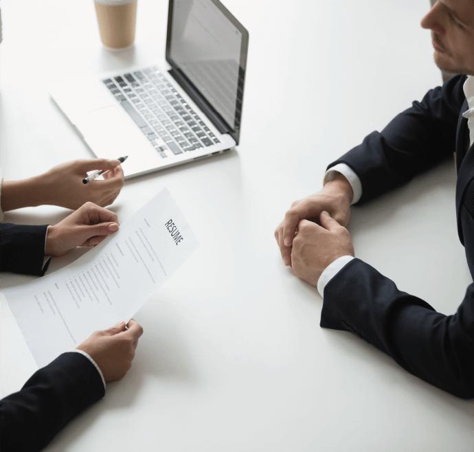 ejecutivos en mesa