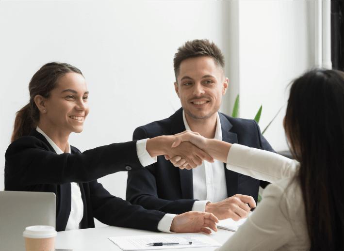 ejecutivos saludandose